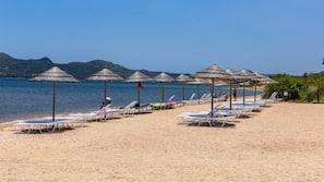 Playa privada, tumbonas, sombrillas y vóley playa