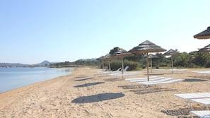 Spiaggia privata, lettini da mare, ombrelloni, pallavolo