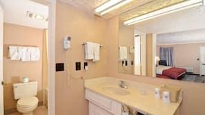 Combined shower/tub, hydromassage showerhead, free toiletries