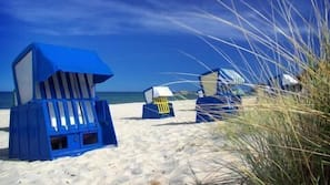 Am Strand, Liegestühle, Motorbootfahrt
