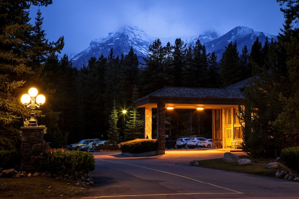 Front of Property - Evening/Night, Mountaineer Lodge
