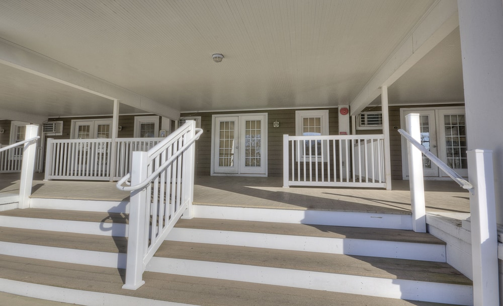 Porch, Ambassador Inn