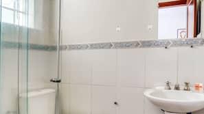 Chuveiro, toalhas de banho, sabonete, shampoo