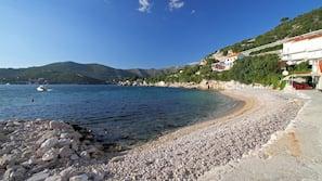 Una spiaggia nelle vicinanze, lettini da mare, ombrelloni, kayak