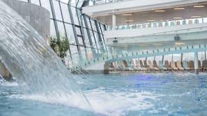 3 binnenzwembaden, 5 buitenzwembaden, ligstoelen bij het zwembad
