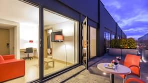 1 dormitorio, caja fuerte, mobiliario individual y cortinas opacas