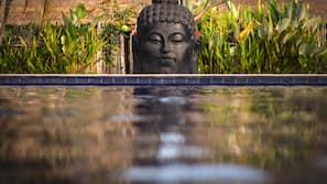 Kolam renang outdoor, dengan payung kolam renang dan kursi berjemur