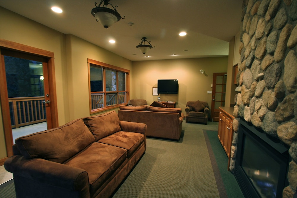 Lobby Sitting Area, The Pinnacle Lodge