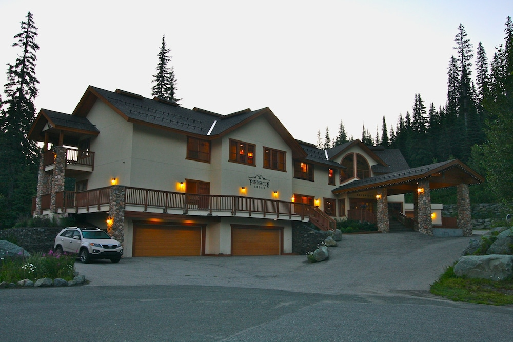 Front of Property - Evening/Night, The Pinnacle Lodge