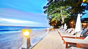 Am Strand, Sonnenschirme, Strandtücher, Strandbar