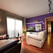 Deluxe Apartment, 2 Bedrooms - Living Room