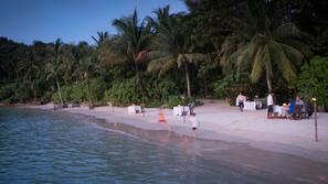 Plage privée, sable blanc, serviettes de plage, massages sur la plage