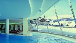 2 piscine coperte, lettini
