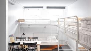 Een bureau, een laptopwerkplek, verduisterende gordijnen, gratis wifi