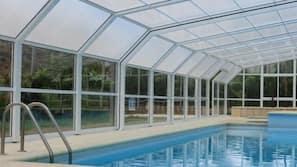3 piscines extérieures, chaises longues
