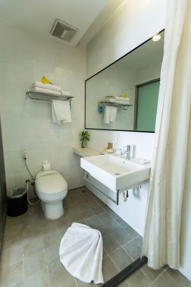 Bathroom, The Alcove Library Hotel