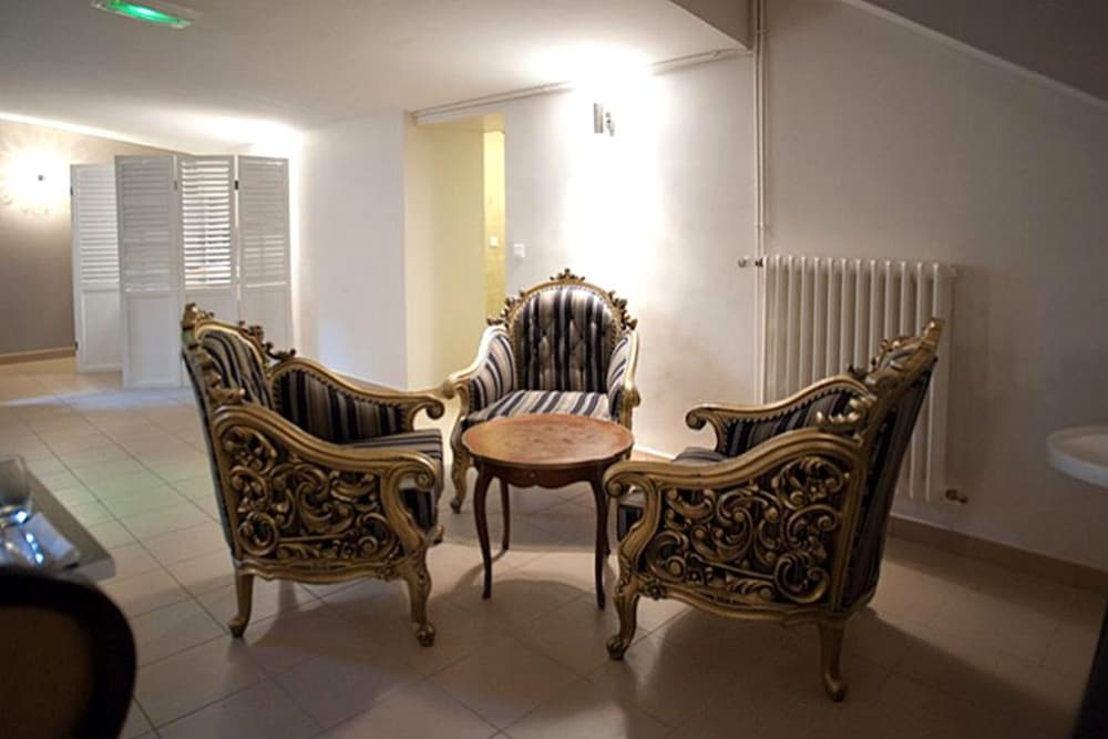 book le chene dore la loupe hotel deals. Black Bedroom Furniture Sets. Home Design Ideas