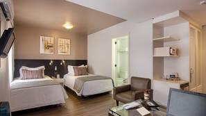 Cofres nos quartos, escrivaninha, espaço de trabalho para notebook