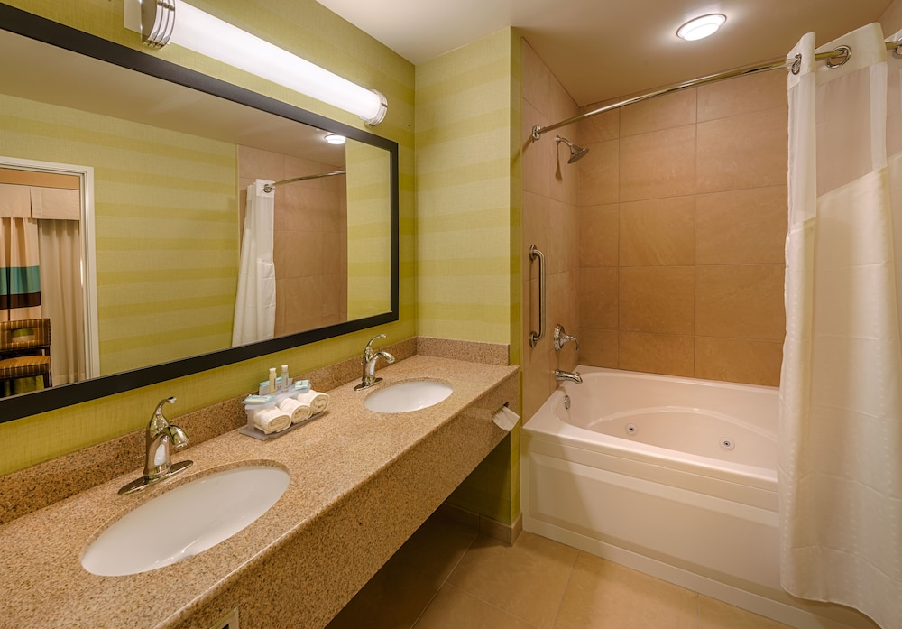 Bathroom, Holiday Inn Express Hotel & Suites Red Bluff-South Redding