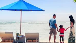 在海灘附近、免費海灘小屋、躺椅、太陽傘