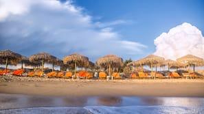 Am Strand, Liegestühle, Sonnenschirme