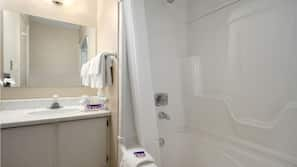 Combined shower/tub, free toiletries, hair dryer