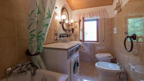 Shower, rainfall showerhead, free toiletries, hair dryer
