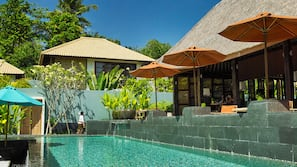 2 개의 야외 수영장, 수영장 파라솔, 일광욕 의자