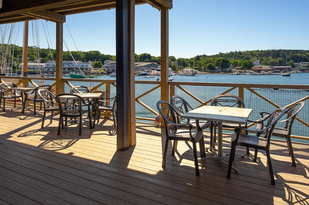 Outdoor Dining, Fishermans Wharf Inn