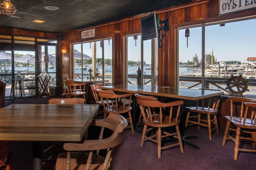 Restaurant, Fishermans Wharf Inn