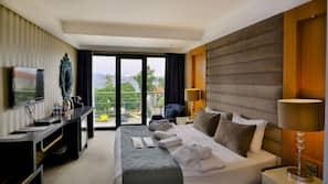 Een minibar, een kluis op de kamer, een bureau, geluiddichte muren