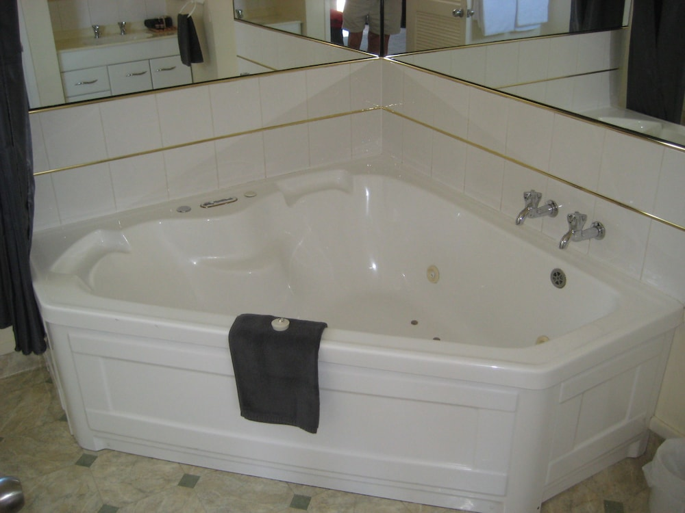 Jetted Tub, 755 Regal Court