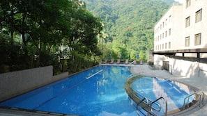 季節性室外泳池;泳池傘、躺椅
