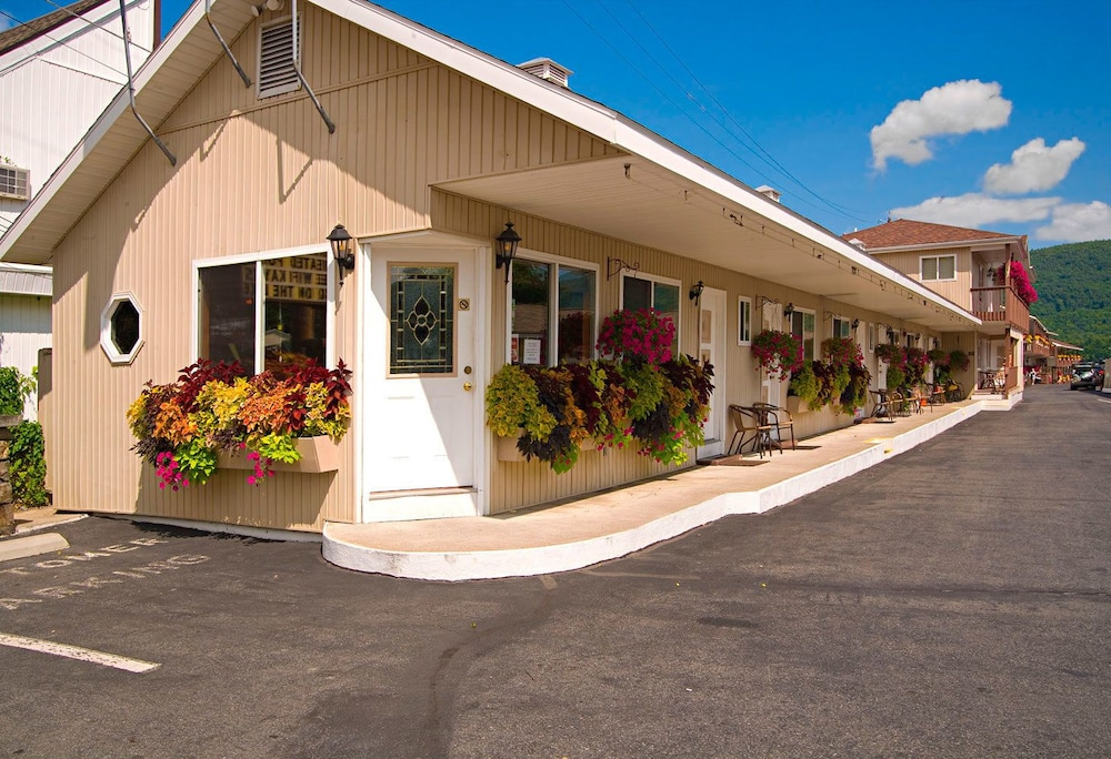 Exterior, The Lake Motel