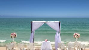 Trên bãi biển, cát trắng, dù trên bãi biển, khăn tắm biển