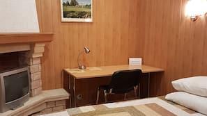 Ylelliset vuodevaatteet, minibaari, työpöytä, silitysrauta/-lauta