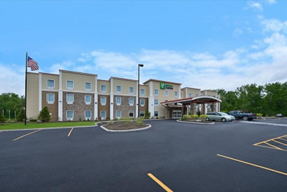 Parking, Holiday Inn Express Canandaigua - Finger Lakes, an IHG Hotel