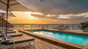 Privatstrand, Liegestühle, Strandtücher, Massagen am Strand