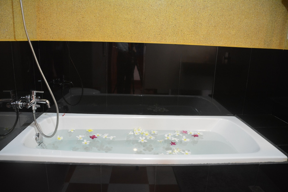 Deep Soaking Bathtub, Royal Crown Hotel & Spa