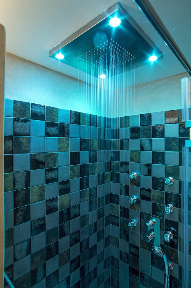 Bathroom Shower, Moni Emvasis Luxury Suites