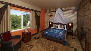 Cofres nos quartos, cortinas blackout, ferros/tábuas de passar roupa