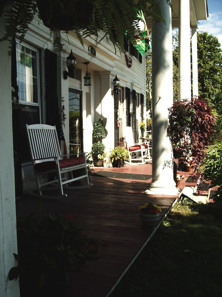 Porch, Brookside Inn At Laurens