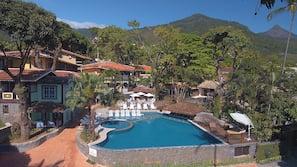 2 piscinas externas, funciona das 9h00 às 21h, guarda-sóis