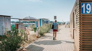 Privatstrand in der Nähe, Liegestühle, Sonnenschirme, Strandbar