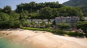 Una spiaggia nelle vicinanze, sabbia bianca, teli da spiaggia