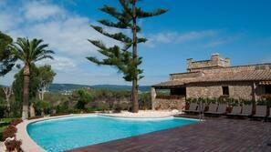 Piscine extérieure, piscine sur le toit, chaises longues
