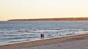 Una spiaggia nelle vicinanze, sabbia bianca, cabine (a pagamento)