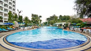 3 สระว่ายน้ำกลางแจ้ง เปิด 7:00 น. ถึง 19:00 น., ร่มริมสระว่ายน้ำ