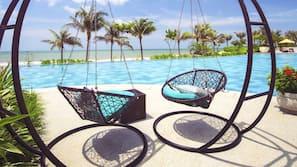 3 hồ bơi ngoài trời, lều (có thu phí), ghế dài tắm nắng