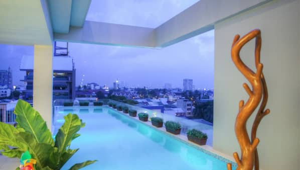 3 outdoor pools, open 6:00 AM to 9:00 PM, free pool cabanas